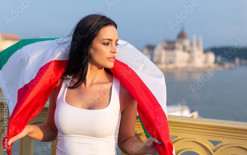 Aluminium Boedapest Happy young woman covered by hungarian flag at Budapest
