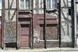 Vieille maison recouverte d'un filet d'acier anti chute de pierre et anti squat - 210335034