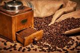 Kaffee Mühle und Bohnen auf Holztisch - 210351461