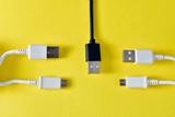 Cables usb para transmitir datos en fondo amarillo - 210356845