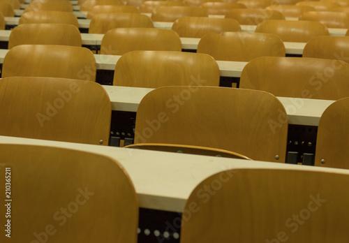 Close Up file ordinate simmetriche sedie. Aula universitaria vuota ...