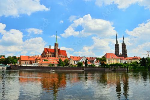 Zabytkowy budynek kościoła nad brzegiem rzeki we Wrocławiu.