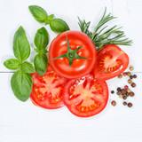 Tomaten mit Basilikum Gemüse Quadrat von oben Holzbrett - 210433812