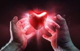 Gebrochendes Herz in Händen