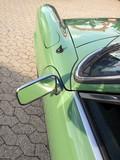 Linker Rückspiegel eines grünen deutschen Sportwagen Klassikers der Sechzigerjahre beim Oldtimertreffen in Lage bei Detmold in Ostwestfalen