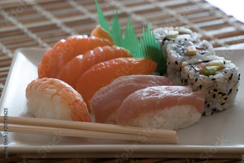 Sushi Cucina Giapponese Su Piatto Bianco Buy Photos Ap Images