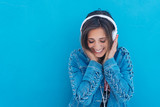 lachende frau hört musik mit kopfhörern  - 210644810