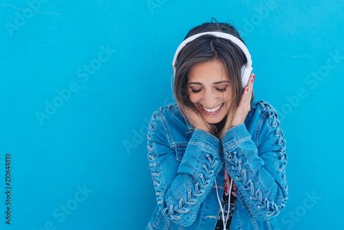 fototapeta na ścianę lachende frau hört musik mit kopfhörern