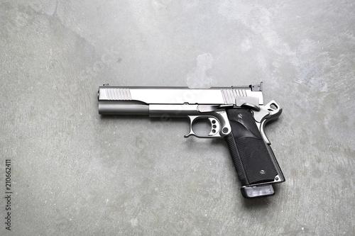 Pistolet.Pistolet na szarym tle.