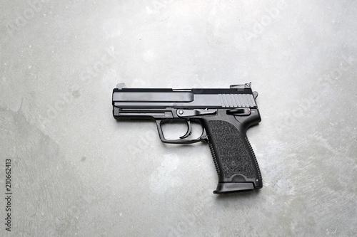 Pistolet na szarym tle.