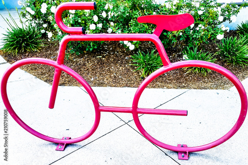 Aluminium Fiets Red Bike outside a public building