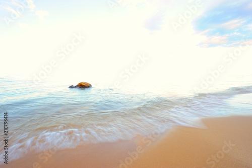 Stein im Meer mit Strand - 210796414