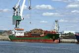 Port de Rouen. Cargo chargeant de la ferraille - 210799253