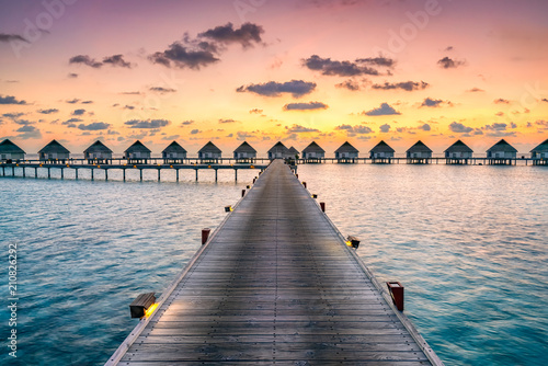 Sticker Romantischer Sonnenuntergang in einem Luxushotel in der Südsee