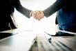 Hommes d'affaires se serrant la main lors d'une réunion