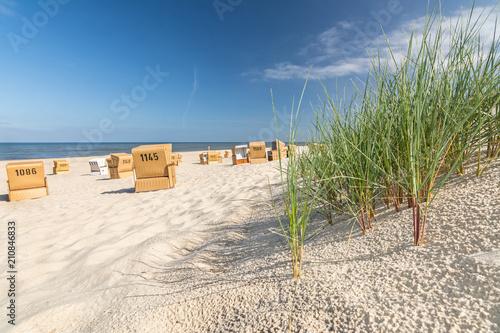 Leinwanddruck Bild Strand Gras Düne Strandkörbe