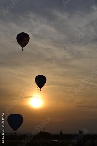 coucher sur montgolfiere - 210859204