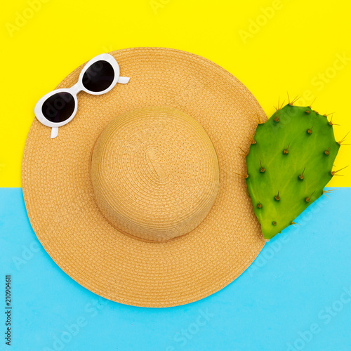 Aluminium Abstractie Stylish straw hat and sunglasses. Beach fashion vibes