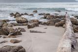 praia com pedras