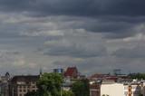 Burzowe chmury nad Wrocławiem, deszcz w mieście