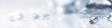 Diamant auf weiß mit Spiegelung vor weißem Hintergrund, mehrere Diamanten in der Unschärfe, Edelsteine mit Textfreiraum - 210959215