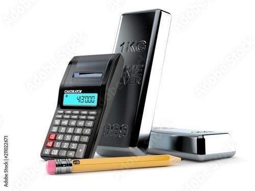Srebrny wlewek z kalkulatorem i ołówkiem