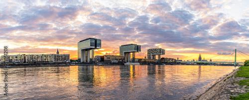 Leinwanddruck Bild Skyline Köln und Kranhäuser Panorama