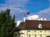 Österreichische Fahne und Fahne der Europäischen Union wehen auf der Wiener Hofburg / Österreich - 211060070