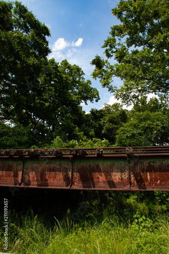 Aluminium Spoorlijn 盛夏、朽ち果てた線路と鉄橋が残る廃線跡