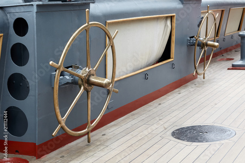 Aluminium Schip Bronze steering wheels, for launching a rescue boat.