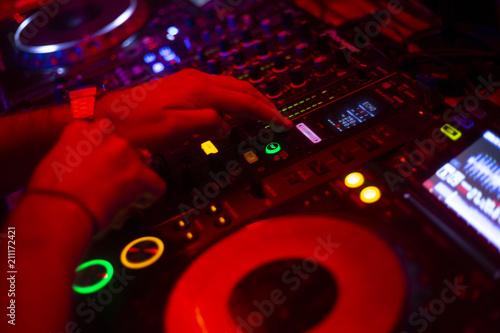 DJ tocando en tornamesas