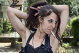 Femme à la cigarette se recoiffant - 211229007