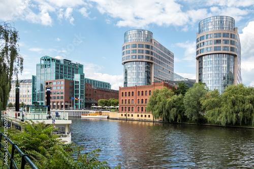 Leinwanddruck Bild Berlin - Spree Bootsfahrt - Holsteiner Ufer