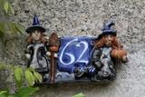 numéro de rue 62 en terre cuite émaillée sur une façade de maison à Barfleur en Normandie - 211303622