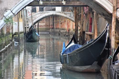 Venezia tipico canale con gondole