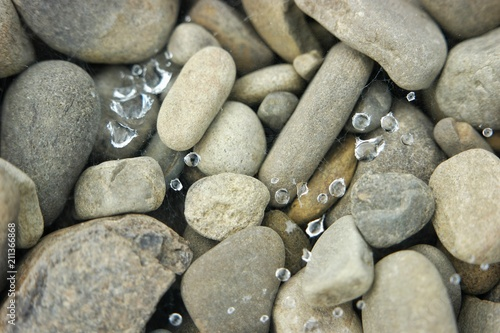 Aluminium Bergrivier Water droplets on the river pebble-stone, background