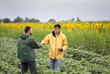 Leinwanddruck Bild - Farmers shaking hands in field
