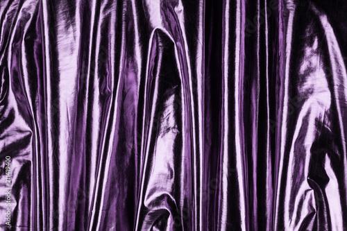 Gładkie błyszczące fioletowe satyny lub jedwabiste tkaniny, tło wesele. Luksusowy design