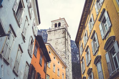 Fotobehang Smalle straatjes Limone sul Garda. Italian architecture.
