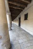 Porticato a colonne con soffitto ligneo, percorso di vita - 211491227