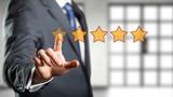 Geschäftsmann wählt 5 Sterne auf Touchscreen aus