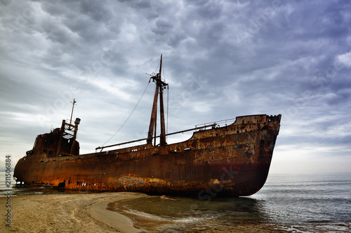 Aluminium Schipbreuk Dimitrios is an old ship wrecked on the Greek coast and abandoned on the beach