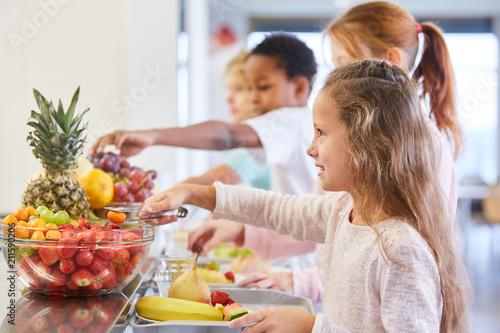 Foto Murales Kinder am Obst Büffet der Grundschule