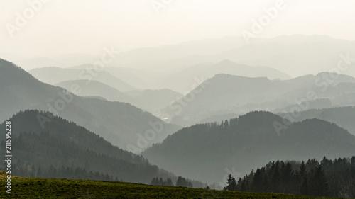 Fototapeta Hügelkette im Nebel