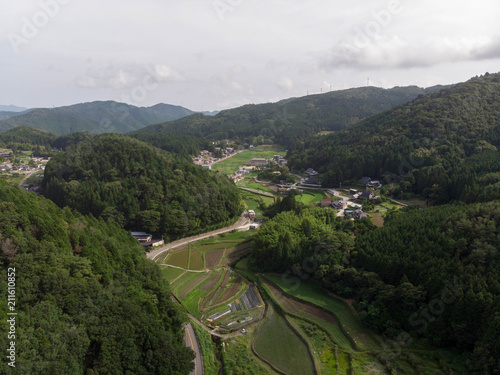 Aluminium Rijstvelden Rice fields in valley surrounded by forested mountains in rural Japan