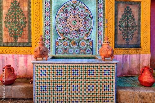 Fotobehang Marokko Innenhof mit tönernen Lampen und Vasen und fantastischem mediterranen Mosaik in der Stadt Fes in Marokko, Nordafrika