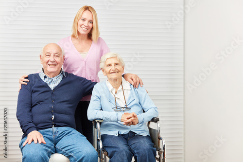 Senioren Paar und fürsorgliche Tochter zu Hause