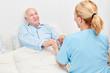 Leinwanddruck Bild - Krankenschwester hält Hände von einem Senior