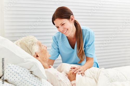 Altenpflegerin betreut kranke Seniorin