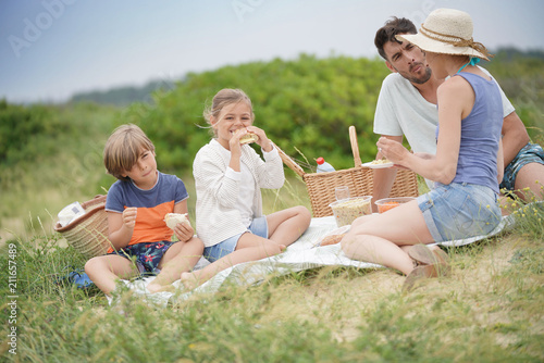 Foto Murales Family having a picnic in countryside